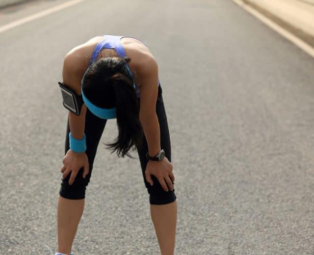 Coureuse fatiguée par la chaleur