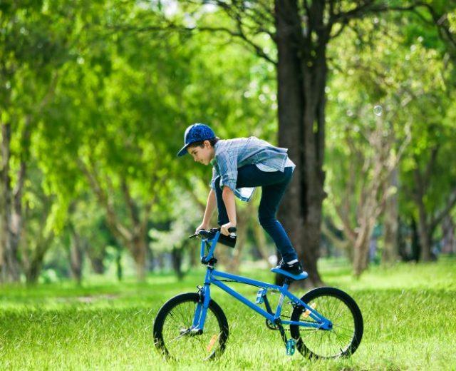 Jeune sportif sur un BMX
