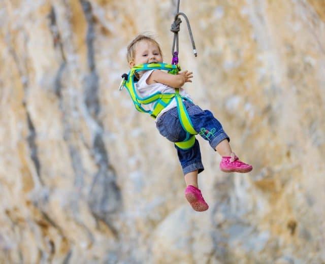 Enfant pratiquant l'escalade