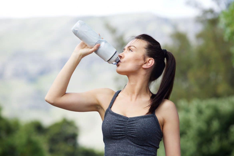 femme s'hydratant pendant le sport