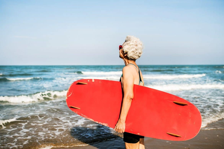 sportive senior avec un surf