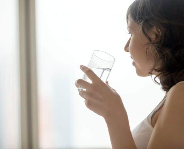 femme buvant un verre d'eau