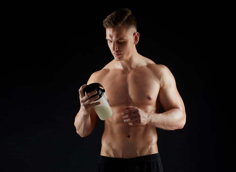 Sportif consommant un shaker de BCAA