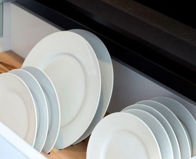 Assiettes blanches dans lave vaisselle