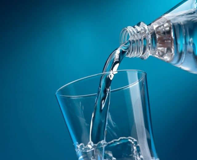 verre d'eau fraîche pour se réhydrater