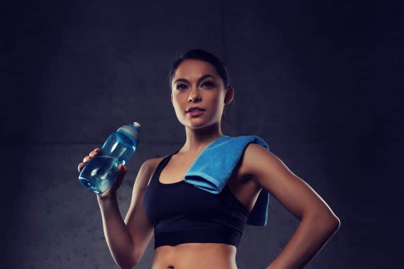 Femme sportive buvant une boisson énergétique