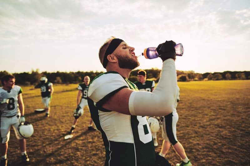 Joueur de foot américain s'hydratatnt