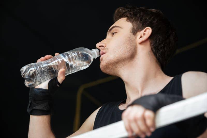 Boxeur buvant de l'eau