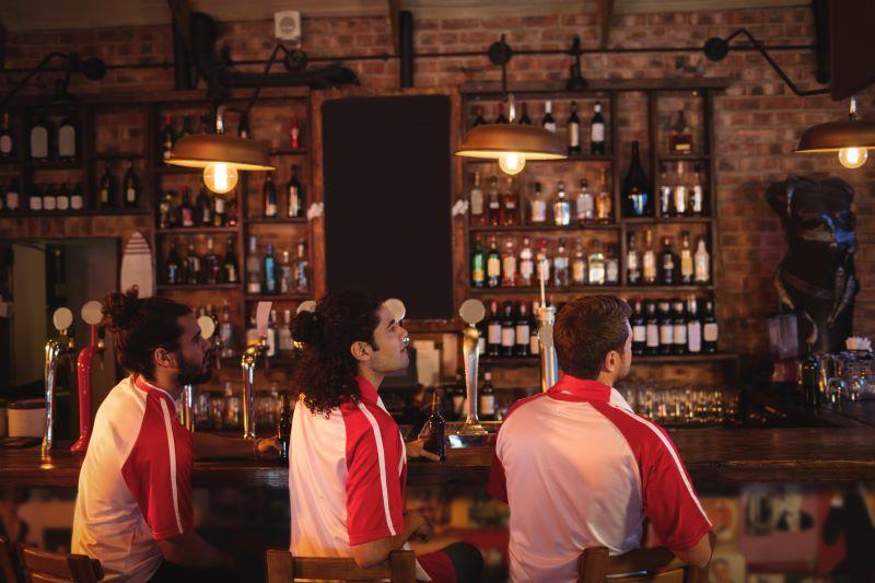 Joueurs buvant de l'alcool dans un abr