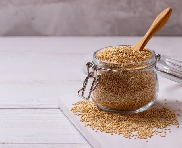 Bocal de graines de quinoa blond