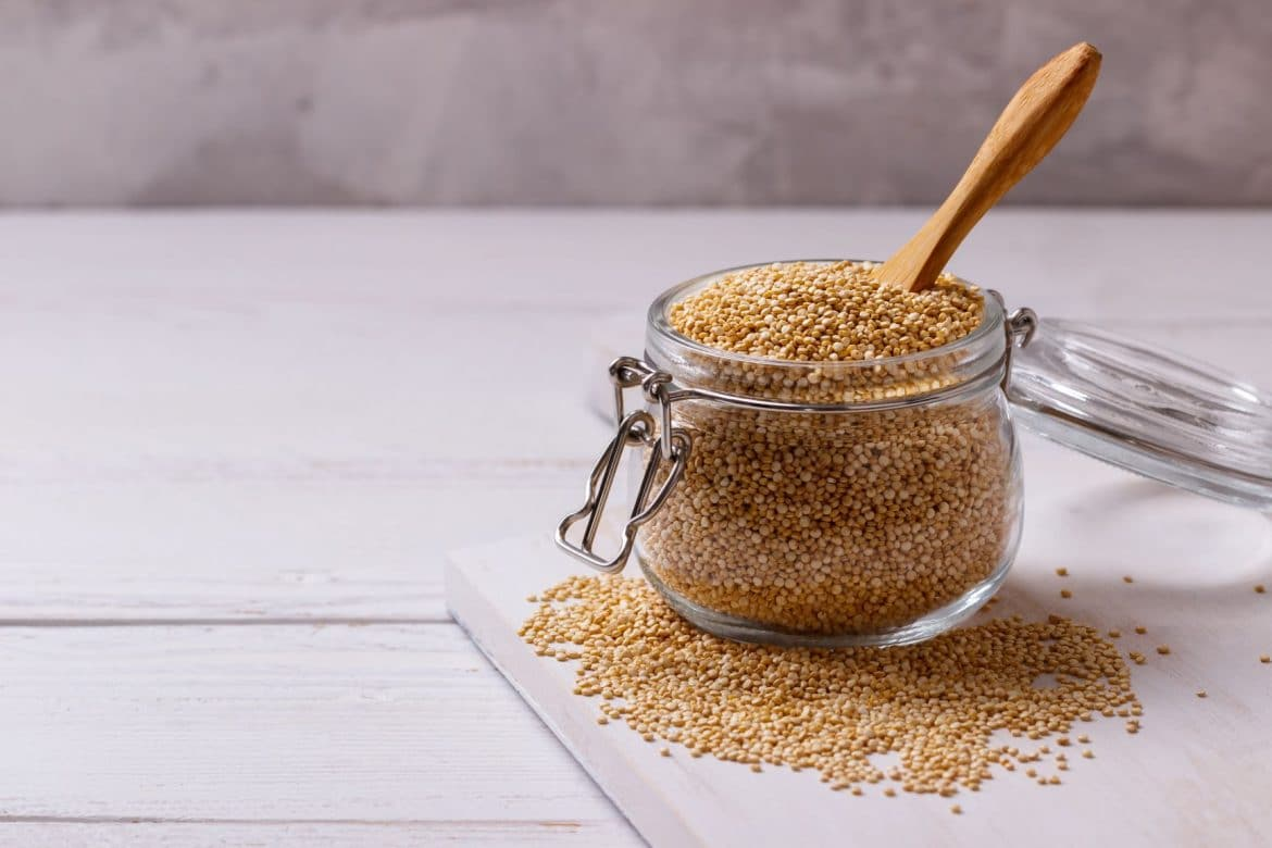 Bocal de graines de quinoa blond