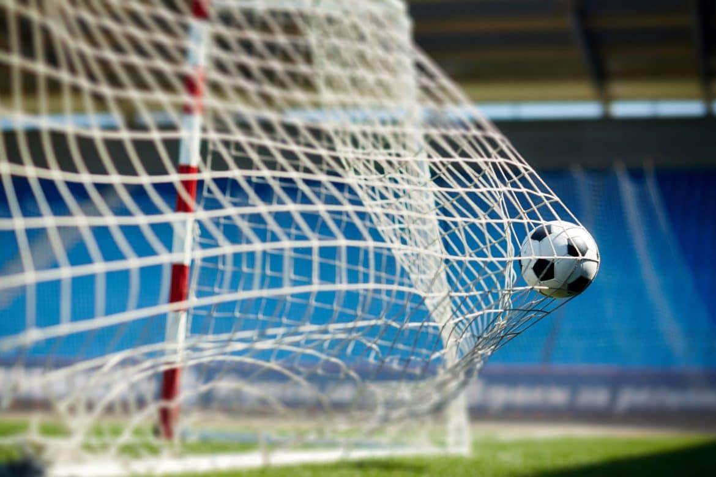 Ballon dans une cage de football