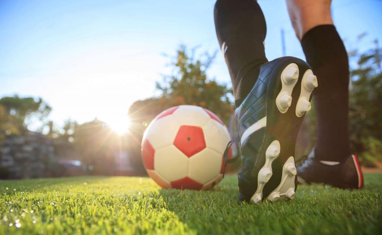 Joueuse de football avec son ballon sur le terrain