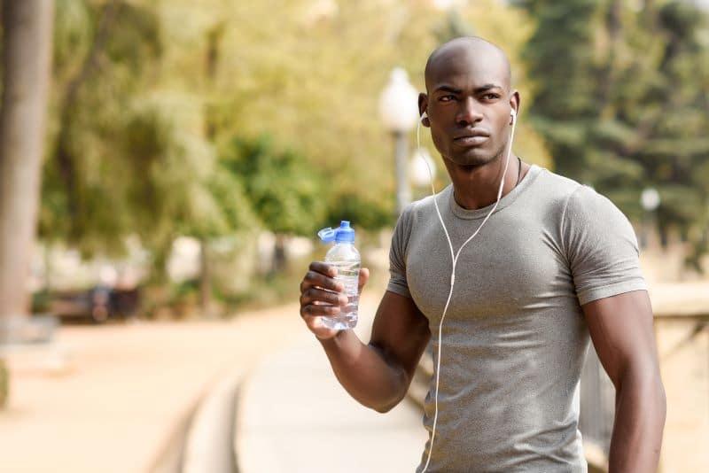 Homme sportif buvant de l'eau