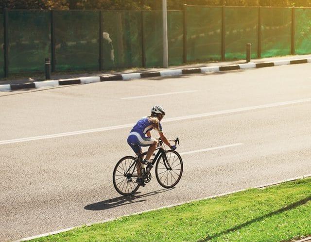 Cycliste femme s'entraînant sur route
